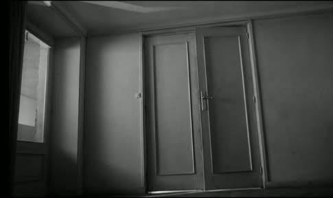 """Anfangsszene """"Der Prozeß"""" -- die Tür des Joseph K. wird langsam geöffnet"""