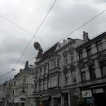 Häuser mit verzierten FAssaden, Oberleitungen, grauer Himmel in Bremen